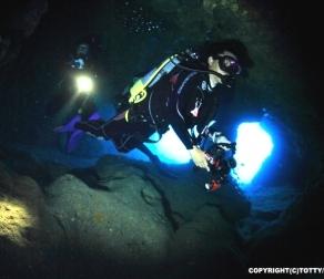 大光量水中ライトがおすすめの理由|洞窟編