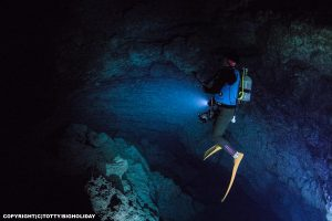 忘れられ去られた深海の迷宮|伝説の宮古島ダイビングポイント【悪魔の館】